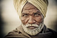 Brief encounter (Pvince) Tags: voyage travel portrait india travelling art tourism look canon print ma temple golden photo eyes photographie image stock vincent culture 85mm atmosphere adventure backpacking belle destination environment voyager 12 sikh sahib exploration photoshoped amritsar impression axiom cultural discover routard artprint professionnel harmandir travelphotography encadrement tirage decouvrir bluelist professionnal tiragedart pvince wwwpvincenet wwwmabellephotocom mabellephoto