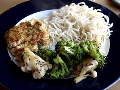 Thaifiskefrikadelle med nudler og salat af blomkål, broccoli, sesam og soya