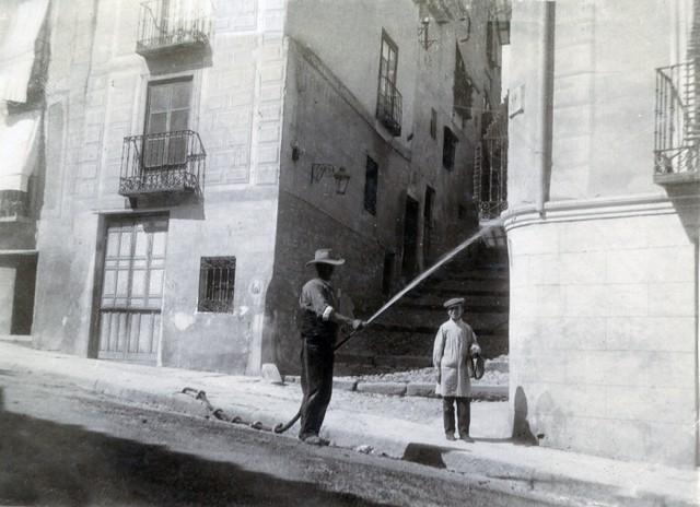 Calle de las Armas y entrada al Corral de la Campana y Calle Recoletos en junio de 1905. Fotógrafo anónimo. Colección Luis Alba. Ayuntamiento de Toledo