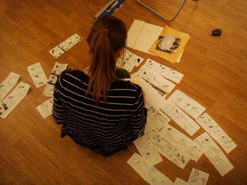Kati Rapia montando la exposición