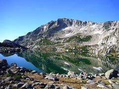 Le Renoso se reflétant dans le lac de Bastani : on devine le couloir que nous avons pris à la montée (à droite du pilier)