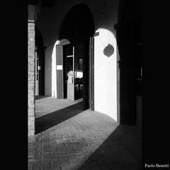 dove arriva la luce (paolo.benetti) Tags: bw nikon italia ombra ombre porta porte arco architettura luce ravenna portico vecchio archi macello blueribbonwinner bagnacavallo d80 piazzanuova vecchiomacello