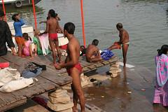 ガンジス河で沐浴する人々。赤地に白水玉のふんどしが流行っているのか?