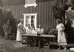 Mormor och Anna spelar bordtennis