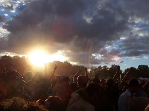 Sun setting on the crowd @ Lovebox