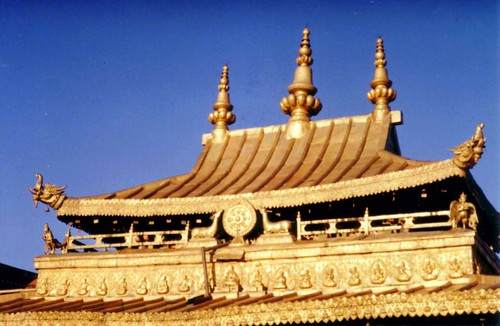800px-Gilt_roof_of_the_Jokhang