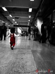 (Rodrigo_paz1984) Tags: red people bw baby byn blancoynegro argentina blackwhite interesting rojo buenosaires personas bebe corriendo w55 dscw55 interesantsimo sonycibershotdscw55