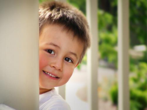 [フリー画像] 人物, 子供, 少年・男の子, 覗く, アメリカ人, 200807082300
