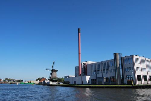 Duyvisfabriek met zaanse molen De Ooievaar