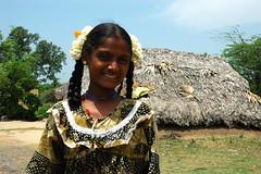 Flores aromticas (Amaya H) Tags: portrait india flores nikon retrato nia sonrisa hansen tamilnadu trenza algodn amayah