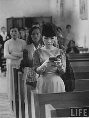 7-1962 Mrs. Dinh Nhu Ngo, Vietnams's First Lady, praying during Roman Catholic mass par VIETNAM History in Pictures (1962-1963)