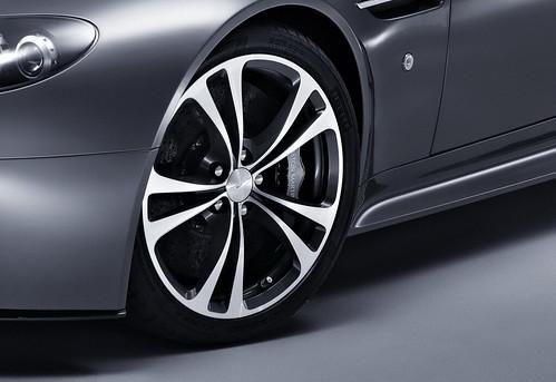 Aston-Martin-V12-Vantage new pics