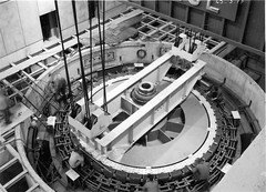 Mise en place du rotor groupe IV de l'usine du barrage de Vouglans