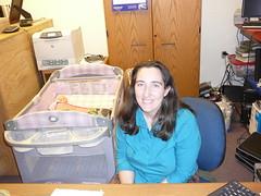 La bibliotecaria con su bebe atras en Nenana
