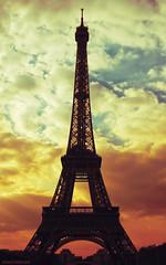 Torre Eiffel (bikerblue) Tags: sky paris eiffel toureiffel torreeiffel lightroom