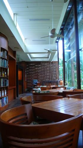 櫃臺和旁邊的書櫃 (by fayehuang)