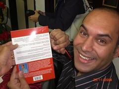 Paulo segurando seu livro