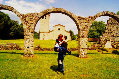 Kissing In The Archway by Sara Monni