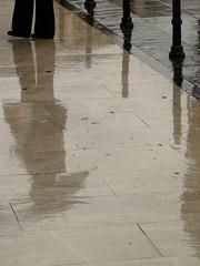 INVIERNO (Carlos+) Tags: gris lluvia reflejo paraguas suelo piernas composicion colmenar ltytr2 ltytr1