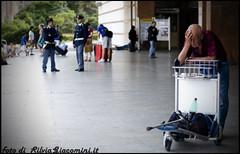 stuzzicadente in bocca, vin rosso! e via!!! si parte! (scheggia) Tags: silvia rosso venezia stazione carrello vino giacomini barbone stampella poliziotti scheggia stuzzicadenti