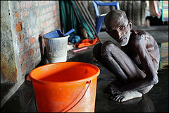 waiting for the bath - Chennai (Maciej Dakowicz) Tags: people india madras poor social christian problem help aid elderly christianity chennai organization tamilnadu ngo destitute rajkumar povery vuyiroli
