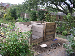 Constructing new compost bin. (wonky knee) Tags: uk shropshire shrewsbury compostbin komposthaufen shrewsburygarden piladecompost mucchiodelcompost
