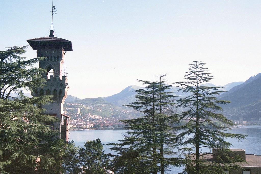img003 23.6. Directe omveving hotel, onder het torentje stond een Testarossa geparkeerd...