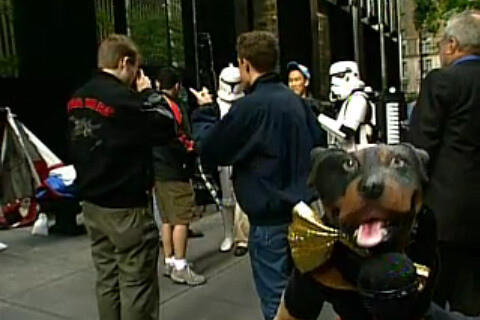 Thumb Triumph the Insult Comic Dog con los fanáticos de Star Wars