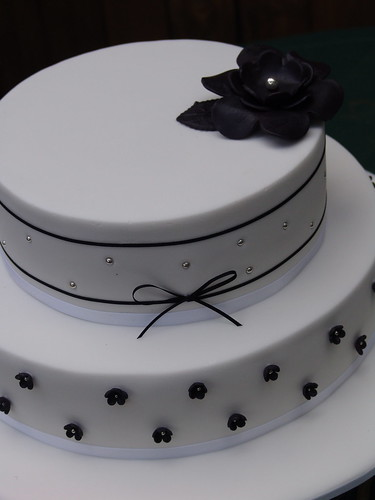 Black and white wedding cake por Richelle P.