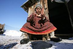 Старушка из Ваег крутит нутки порог дома (1) (Магадан) Tags: anadyr chukotka анадырь чукотка чукчи луораветланы luoravetlan