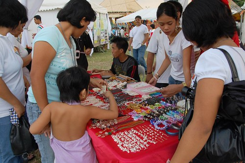 manila stall holder vendor trinket handicraft souvenir Pinoy Filipino Pilipino Buhay  people pictures photos life Philippinen  菲律宾  菲律賓  필리핀(공화국) Philippines