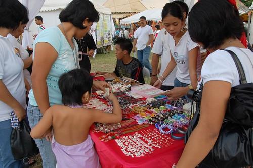 manila stall holder vendor trinket handicraft souvenir Pinoy Filipino Pilipino Buhay  people pictures photos life Philippinen  菲律宾  菲律賓  필리핀(공화국) Philippines