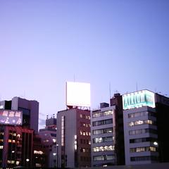 【写真】ミニデジで撮影した夕暮れの新橋ビル群