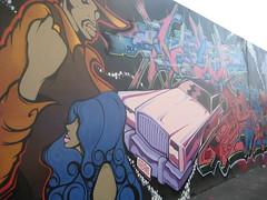 男性や女性、車の描かれた壁