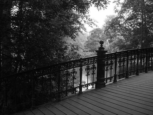 Foto em preto e branco da ponte no Vondelpark - Amsterdam