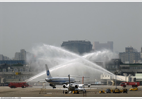 inaugural charter flights arrive in Taipei, am 08:44:22