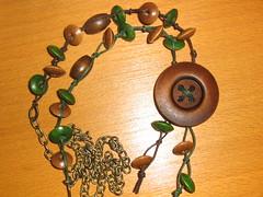 Ref. 273 Colar verde e castanho com botão