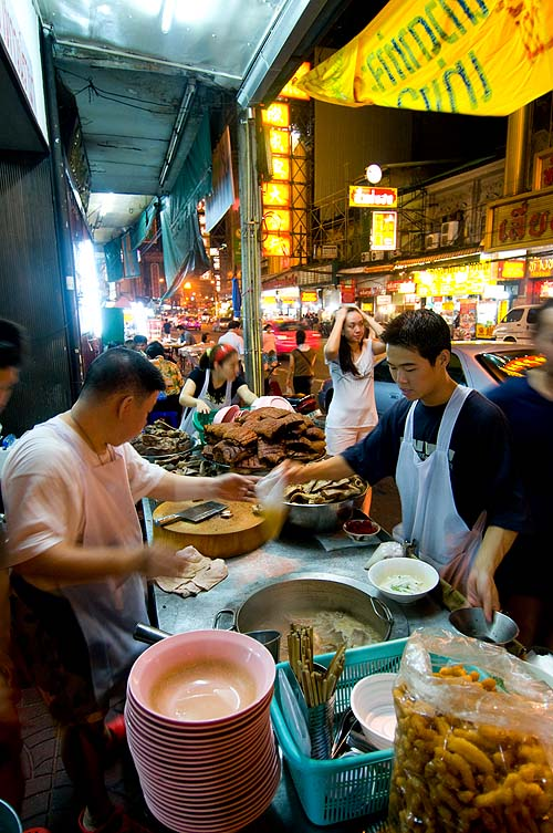 Making kuay jap at Naay Ek, a stall in Bangkok's Chinatown