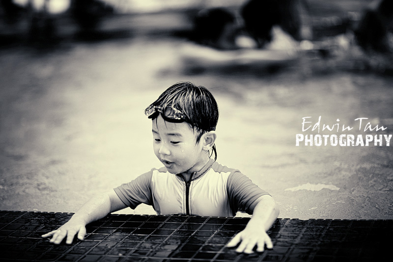few months ago, Benjamin almost drown at the swimming pool make him phobia of water, even todays class he still scare to put his face in the water, hope he will overcome this soon