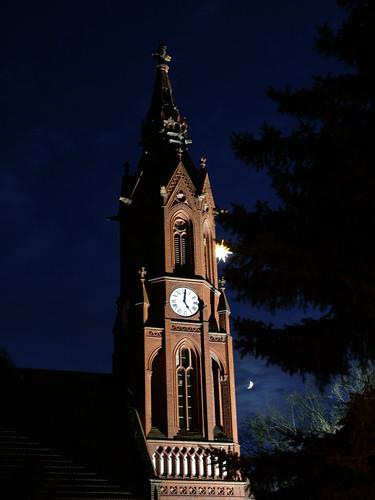 Paul-Gerhardt-Kirche mit Stern und Mond