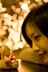 I go crazy when I look in your eyes (Cynthia.Lou) Tags: seattle bear christmas girl toy bokeh christmaslights teddybear stuffedanimal washingtonstate twounionsquare 2470mm canoneos5d overtheexcellence cynthialou huggypooh