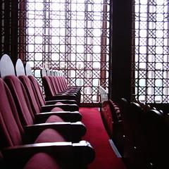 【写真】ミニデジで撮影した講堂の椅子