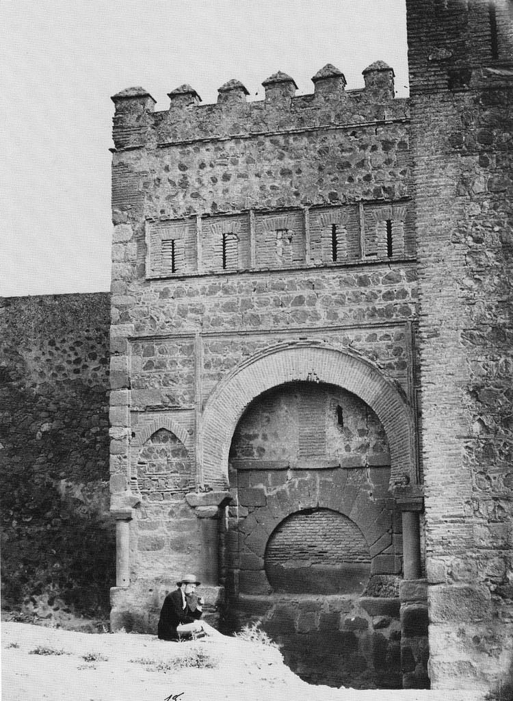 Puerta vieja de Bisagra o de Alfonso VI (Toledo) tapiada. Fotografía de Charles Clifford, 1857