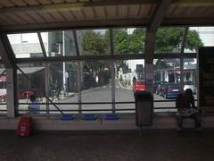 MONTES de bicicletas estacionadas na rua junto à estação de Carcavelos!