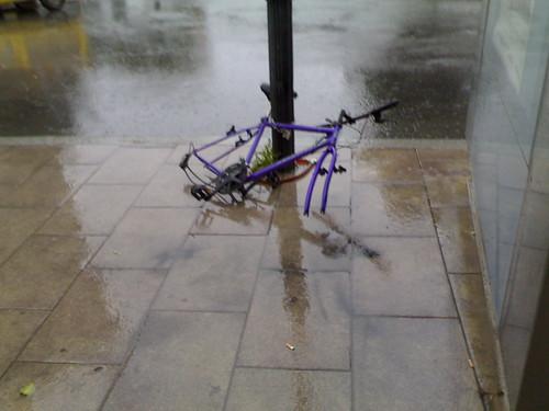Alone under the rain: Bicicleta sin ruedas bajo la lluvia