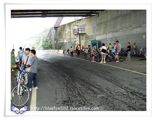 081108Miruku雨天行進曲12_大家在橋下躲雨