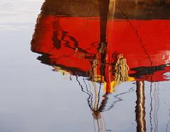 skutsje Weduwe (sendepause @ vanderlaan.fotografeert) Tags: red reflection anchor rood anker reflectie schip lijn skutsje sigmadc1850f28exmacro sluitertijdfotografie