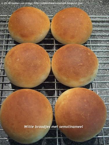 Witte broodjes semolinameel