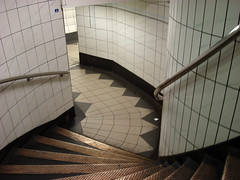 Bank station: geometry lesson (helen.2006) Tags: station stairs flat geometry steps bank explore tiles staircase mathematics londonunderground curve myfavourites guesswherelondon londonguessed maths surfaces comp noneuclidean geometrie yourfavourites inward gwl euclidean helen2006 curvedstaircase haphazar guessedbymorv440 haphazartportalspassageways tportals