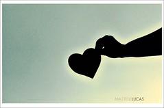 voc tocou. (Matteus Oberst) Tags: sky luz azul heaven heart sombra cu preto lucas amarelo corao contra matteus pr